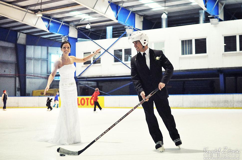 Sesja ślubna na lodowisku hokejowym