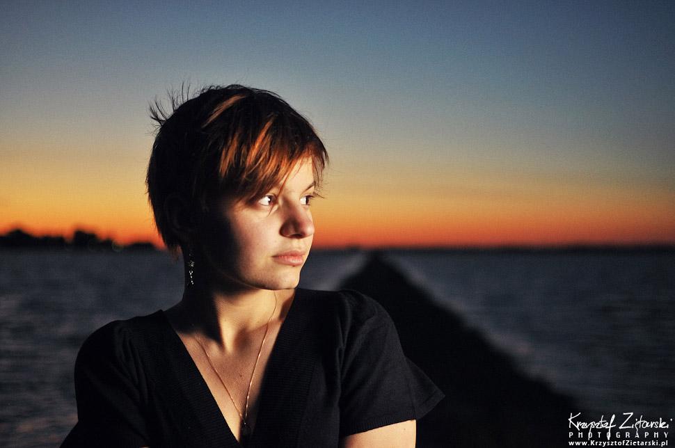 Sesja portretowa o zachodzie słońca strobist