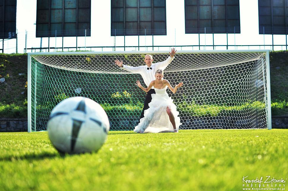 Plener ślubny na boisku piłkarskim - piłka nożna - Lechia Gdańsk. Fotograficzna Sesja ślubna