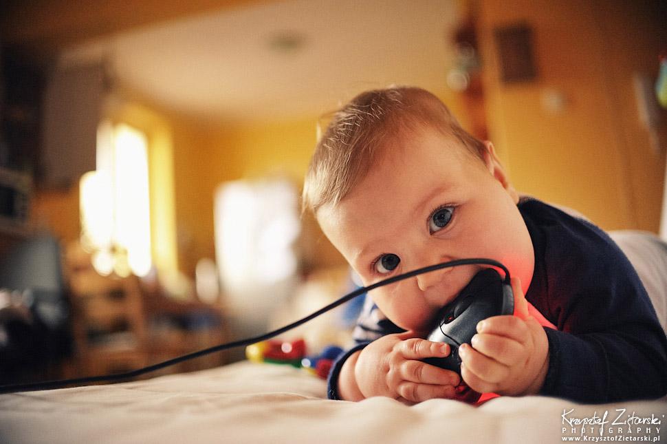 Dziecko zjada mysz - zabawy dla niemowlaka