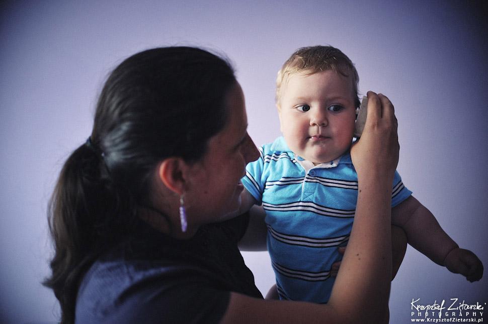 dziecko zasłuchane w tykanie minutnika