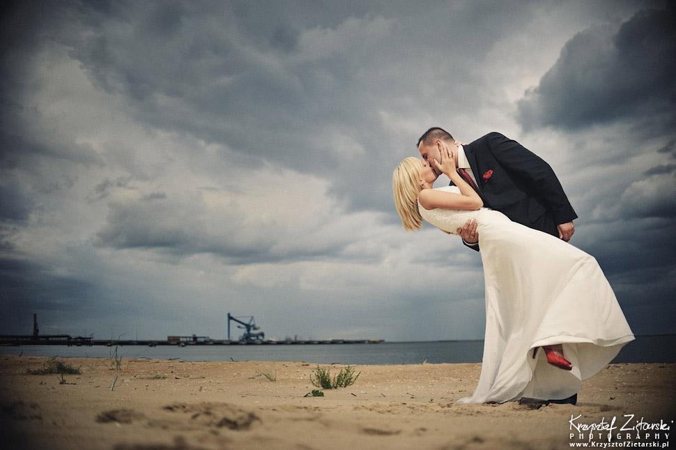 Fotografia ślubna Gdańsk, Kaszuby, Trójmiasto, plener nad morzem pochmurna pogoda