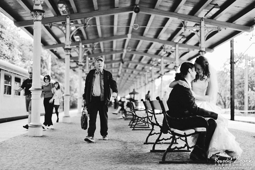 Plener ślubny na peronie dworca kolejowego