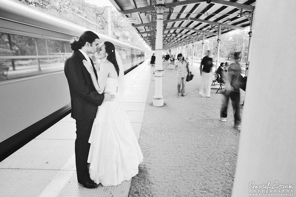 Plener ślubny na dworcu kolejowym