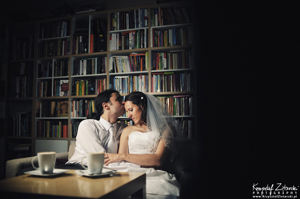 Plener ślubny w kawiarni z książkami